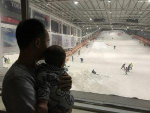 隔着玻璃看滑雪馆